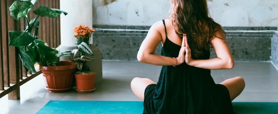 Mujer haciendo yoga