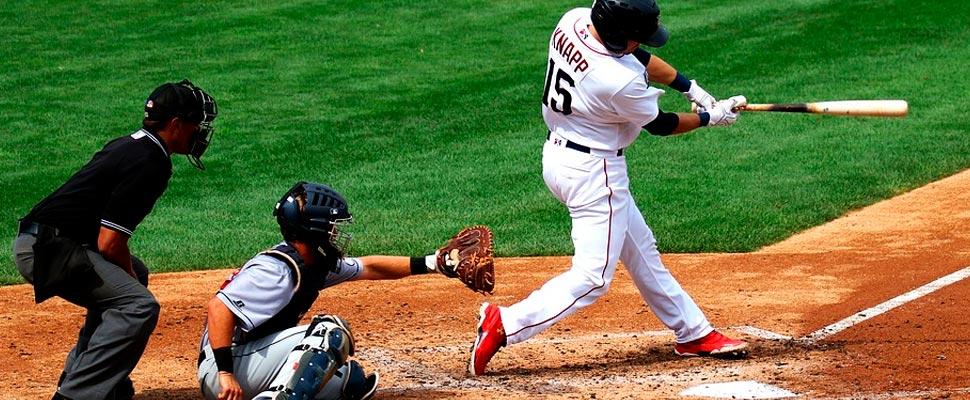 Árbitro de béisbol durante un juego.
