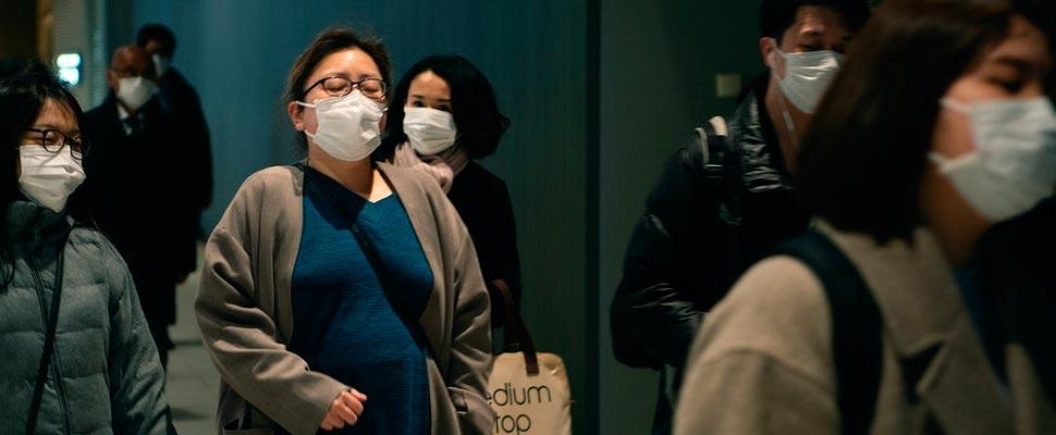 Las personas usan máscaras desechables para prevenir la propagación del coronavirus.