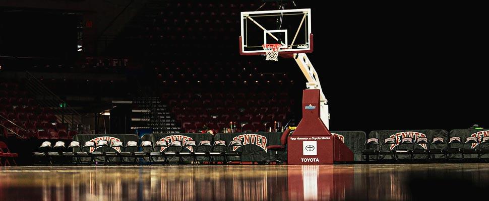 Cancha de baloncesto vacía.