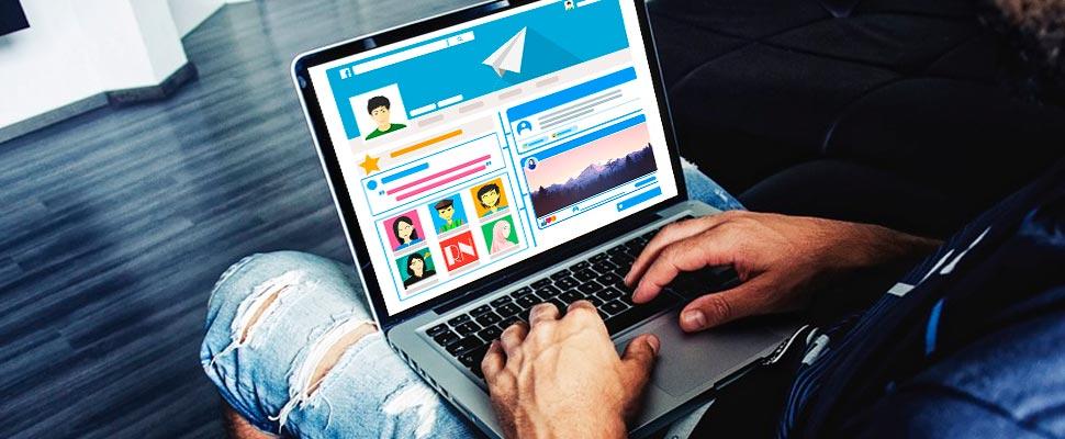 Hombre revisando su laptop.