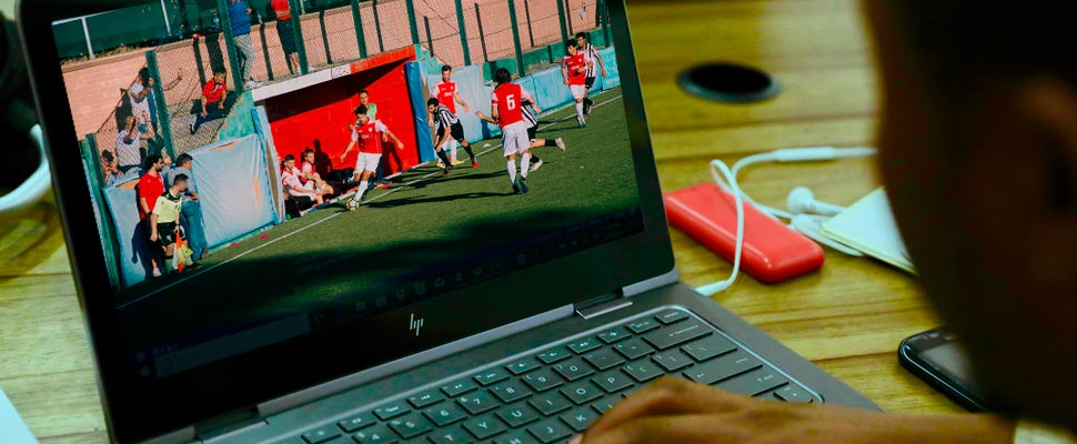 Hombre viendo un partido de fútbol desde su computador.