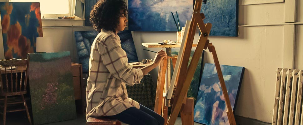 Woman painting with oleo.
