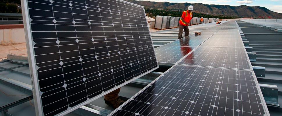 Hombre de pie cerca de paneles solares