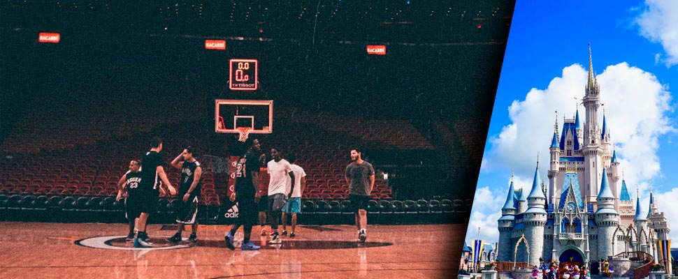 Jugadores en una cancha de basquetbol.