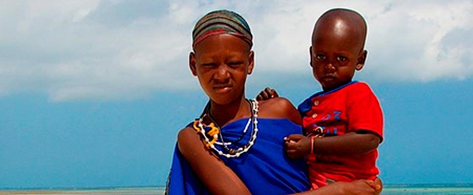 Mujer africana cargando un niño