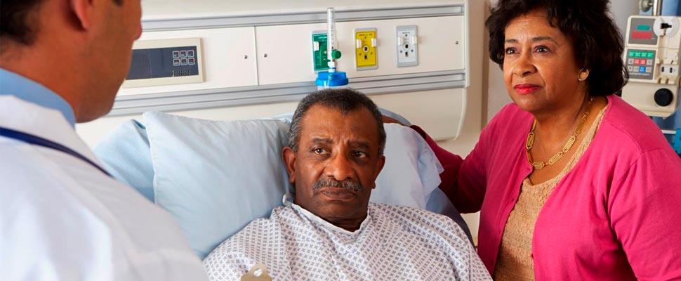 Hombre en una cama de hospital