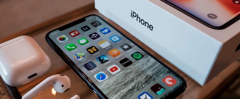 iPhone junto a sus accesorios y caja de embalaje