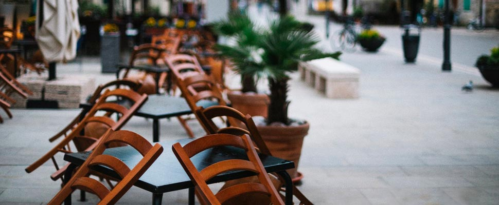 Mesas de un restaurante en la calle.