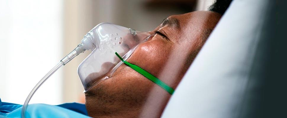 Paciente con respirador en un hospital