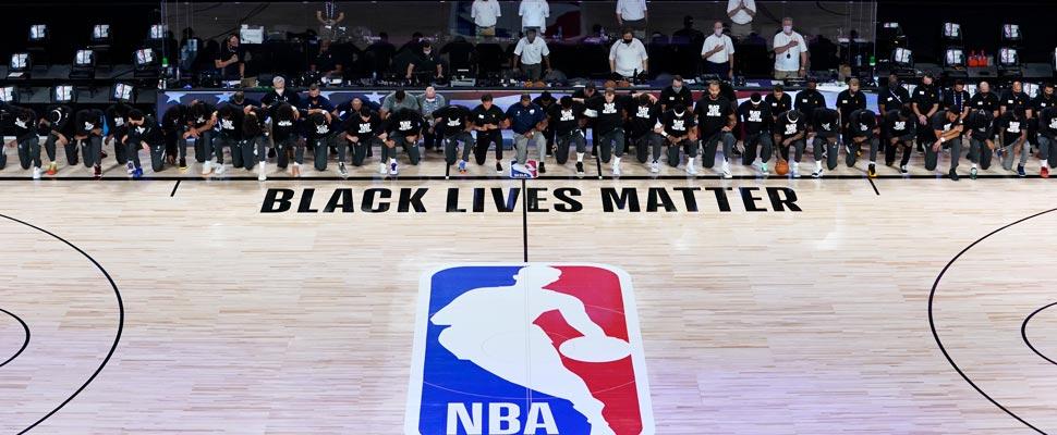 Jugadores de la NBA durante el inicio del partido