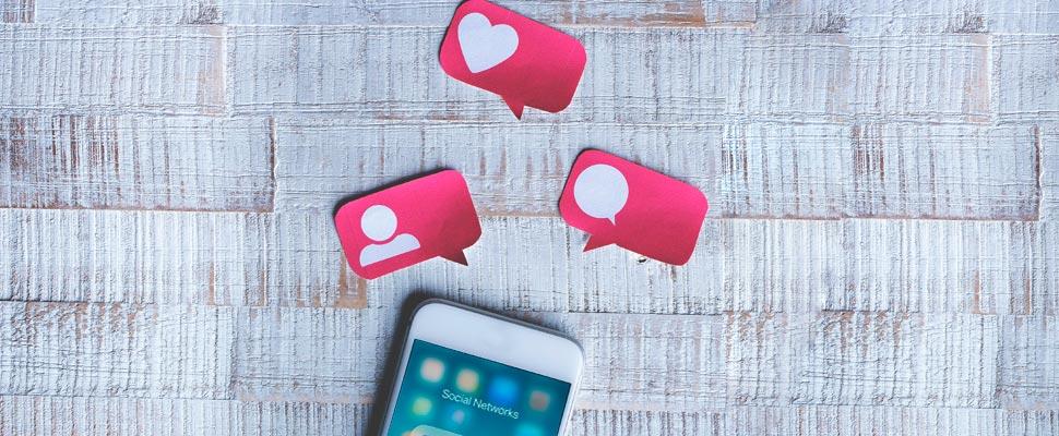 Celular con los símbolos de la aplicación Instagram