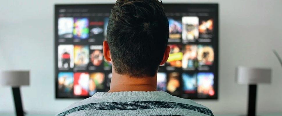 Hombre viendo su televisor