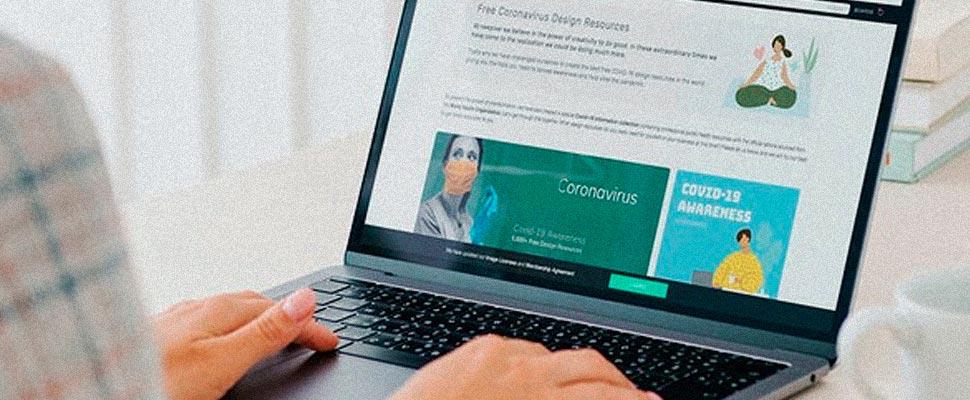 Mujer revisando un sitio web