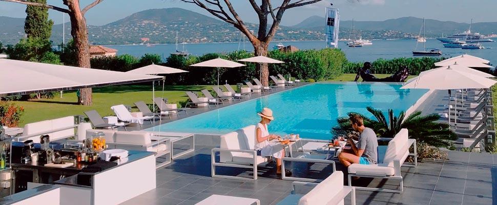 Dos personas cerca de una piscina de hotel