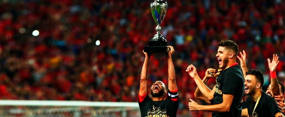 Jugadores del equipo Al Ahly Cairo levantando la copa de campeones