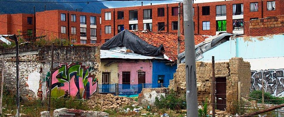 Vista de ruinas en el barrio San Bernardo en Bogotá