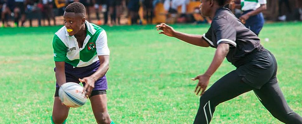 Mujeres jugando un partido de rugby