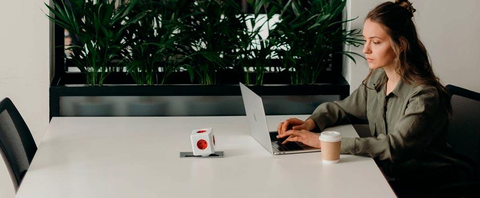 Mujer que trabaja con su computadora portátil