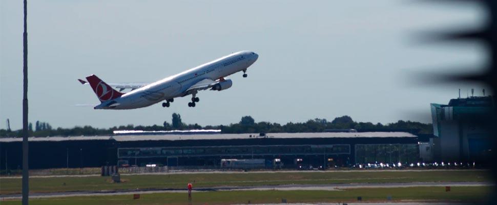 Avión despegando de la pista