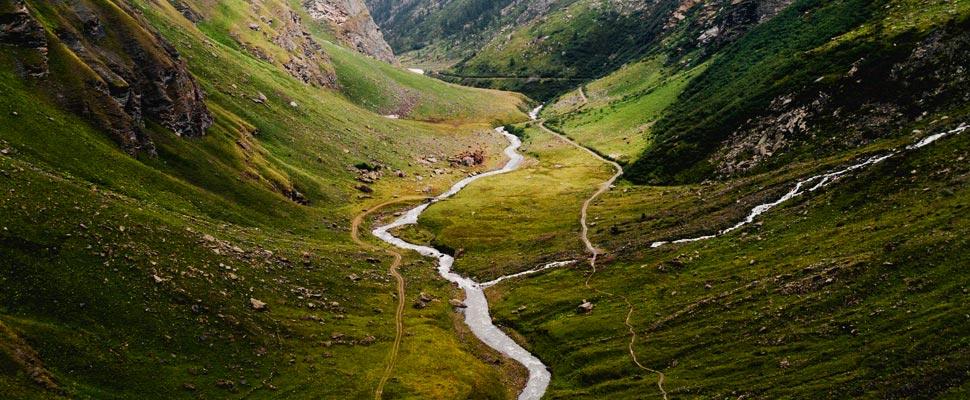 Foto aérea de un río entre montañas