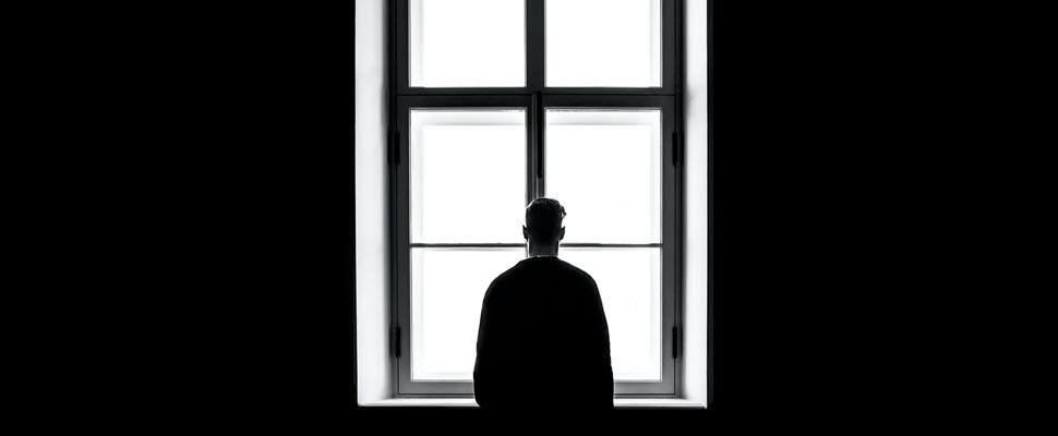 Hombre mirando por una ventana