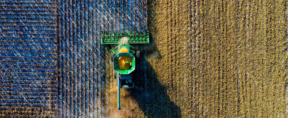 Tractor haciendo trabajos agrícolas