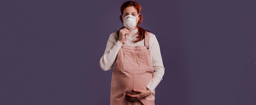 Mujer embarazada con una máscara