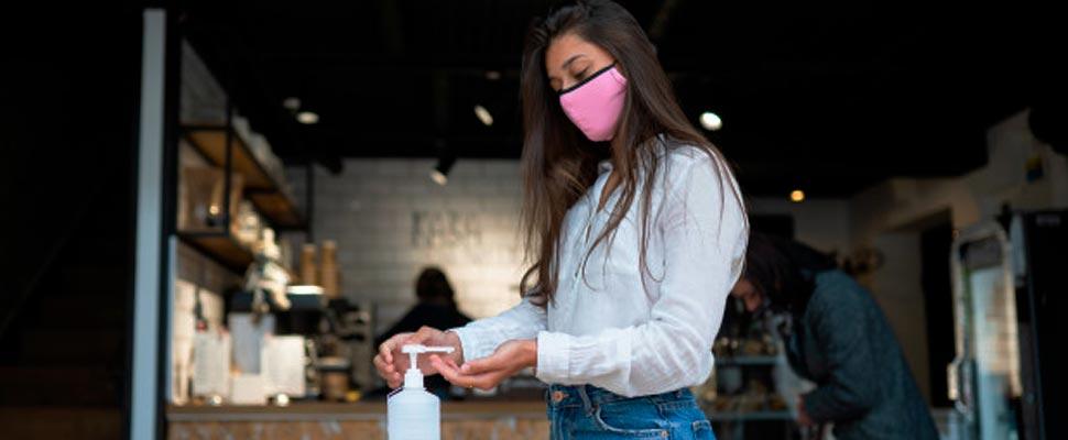 Mujer con gel antibacteriano