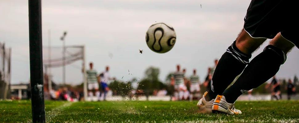 Jugador pateando un balón de fútbol
