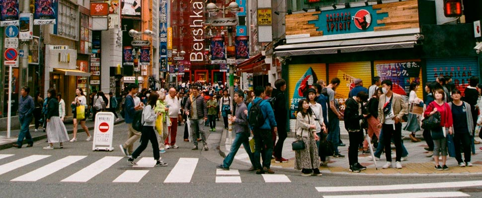 Gente caminando por el carril peatonal.