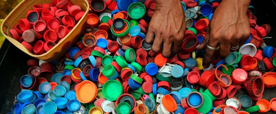 Manos con tapas de plástico