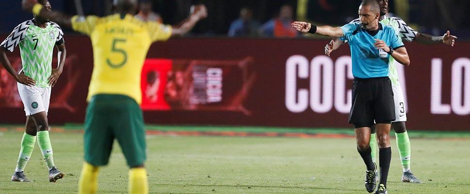 El árbitro Jiyed Redouane concede un gol a Sudáfrica tras una revisión del VAR