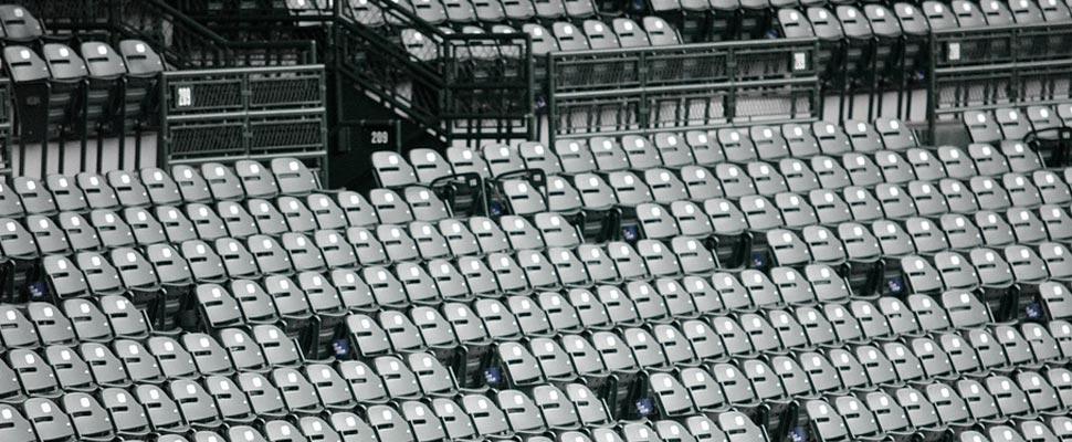 Sillas vacías en un estadio
