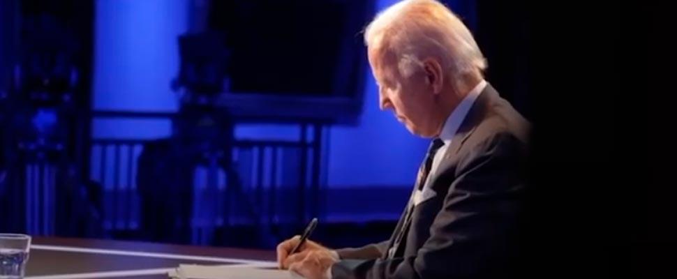 Joe Biden firmando un documento