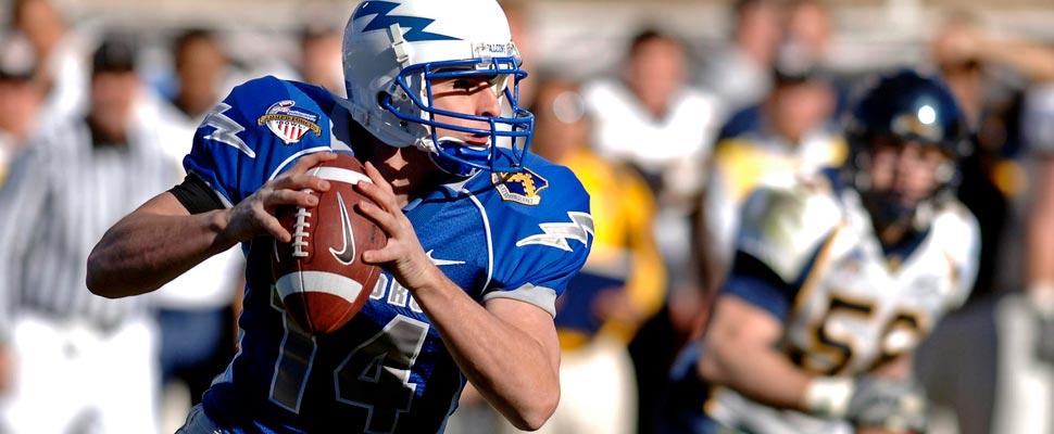 Jugador de fútbol americano lanzando un balón.
