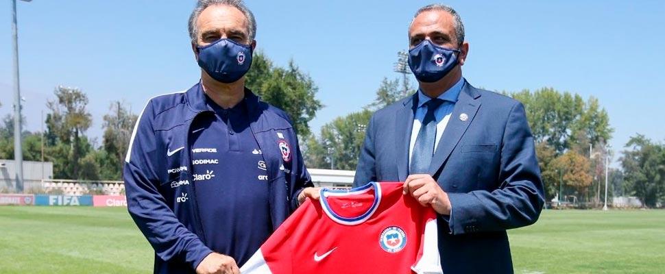 Martín Lasarte sosteniendo una camiseta de la selección de Chile