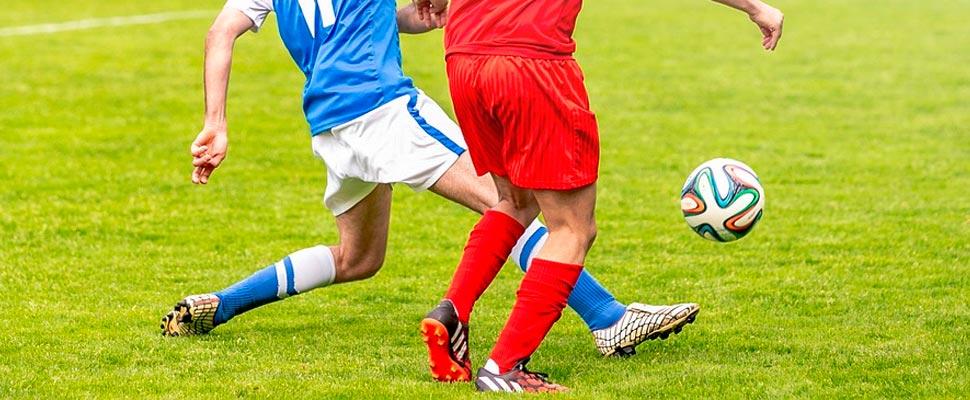 Dos jugadores durante un partido de fútbol