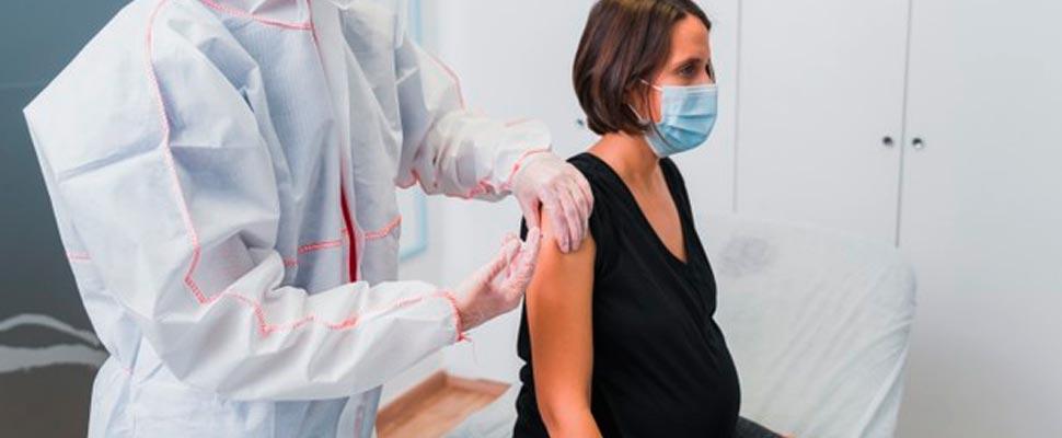 ¿Las mujeres embarazadas pueden vacunarse contra el COVID-19?