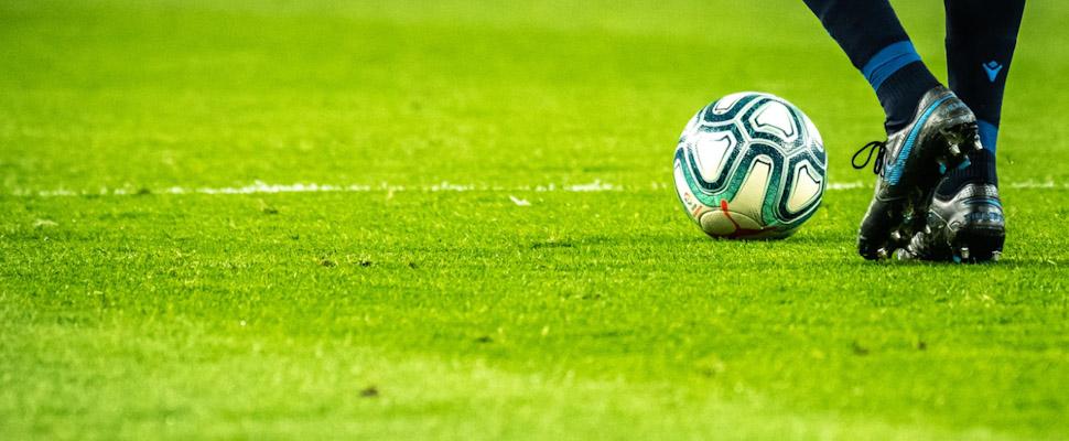 Pies con balón de fútbol