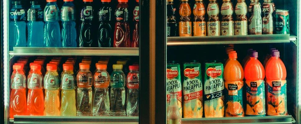 Variedad de bebidas en una nevera