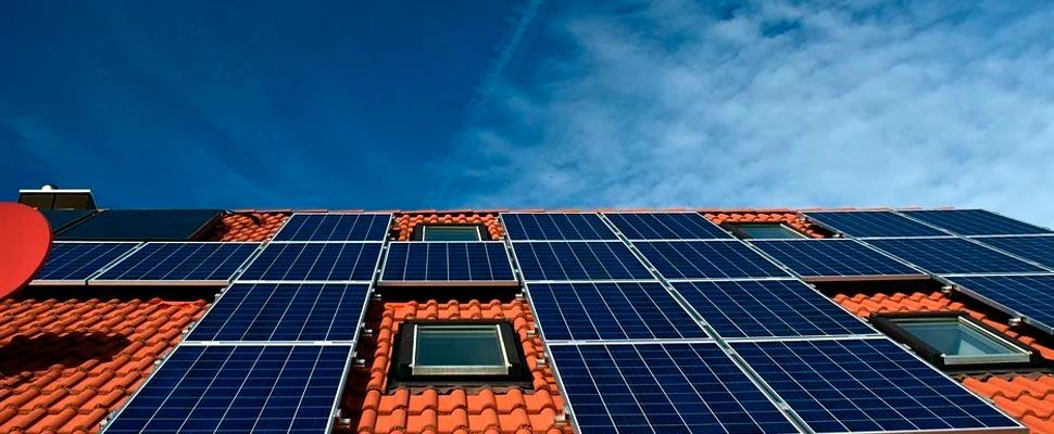 Techo de una casa con paneles solares