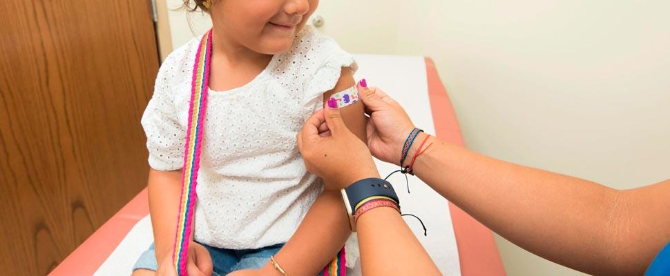 ¿Deberíamos retrasar la vacunación contra COVID-19 en niños?