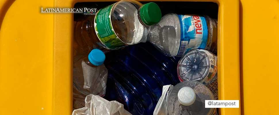 Botellas de plástico en una caneca de basura
