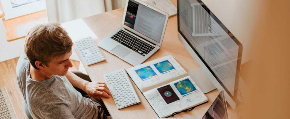 Hombre programando en una oficina