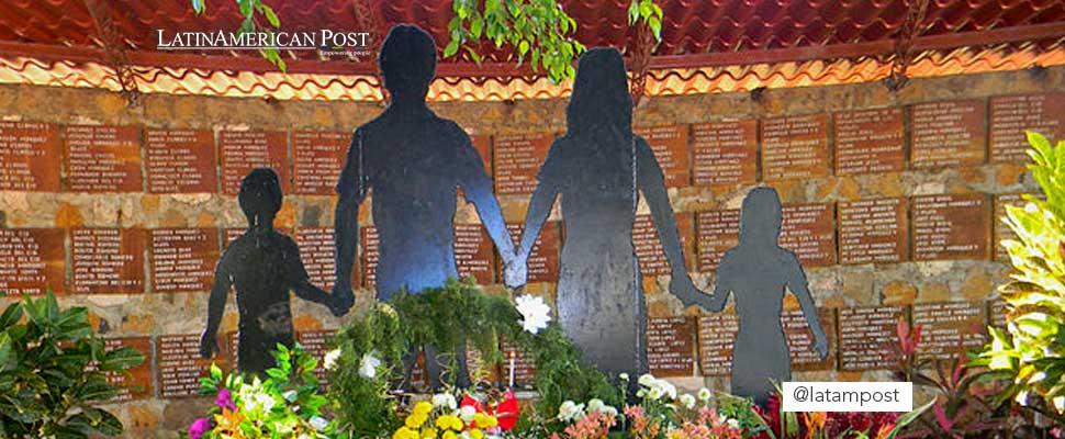 Flores y recuerdos de las familias del Mozote