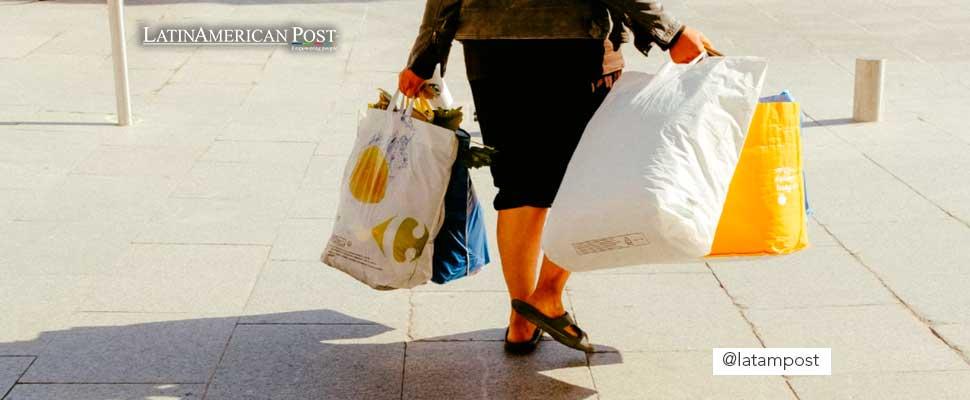 Mujer cargando bolsas