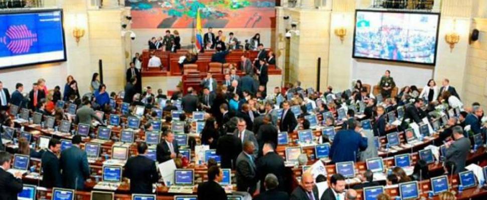 Distintos congresistas que estu00e1n presentes en la sesiu00f3n del congreso