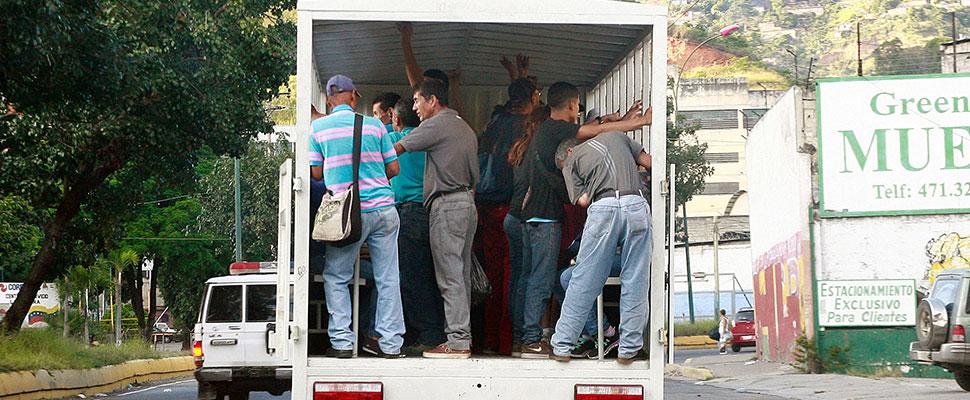 Ciudadanos usan camiones improvisados para poder trasladarse a sus trabajos y hogares.