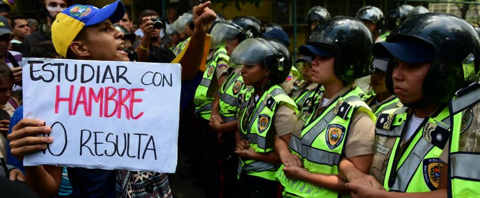 Estudiante protesta contra la crisis económica en la educación